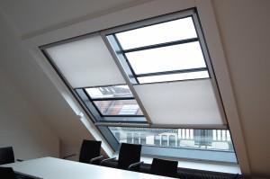 Diese Sonderanfertigung sorgt für optimales Licht im Büro und schützt vor direkter Sonneneinstrahlung.