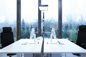 Licht im Büro: Diese Arbeitsplätze werden mit ausreichend Tageslicht versorgt. Die Stehlechte spendet direktes und indirektes Licht.