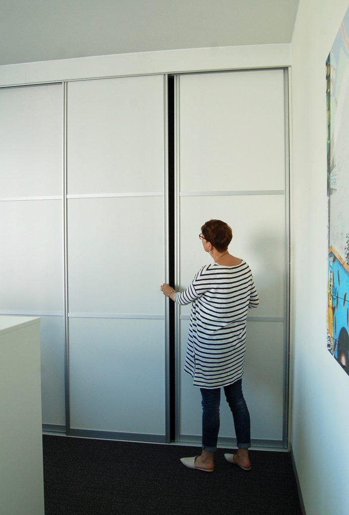 Lagerraum durch Schiebetüranlage. Sonderlösung von ALLTEC Bürokonzept