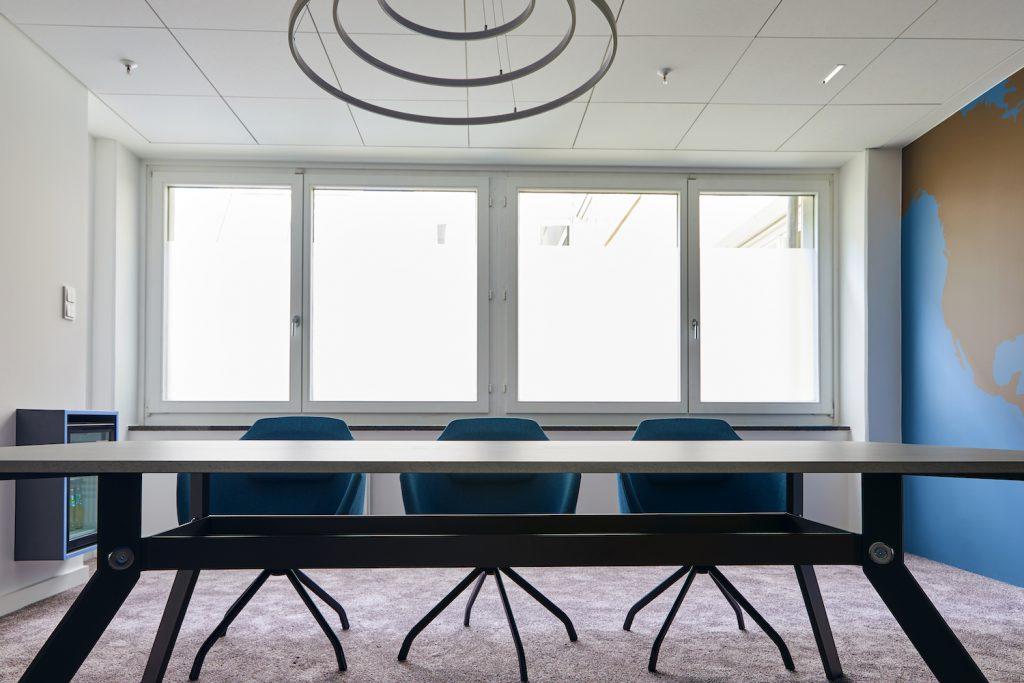Motivierende Arbeitsplätze: Der Konferenzraum in blau