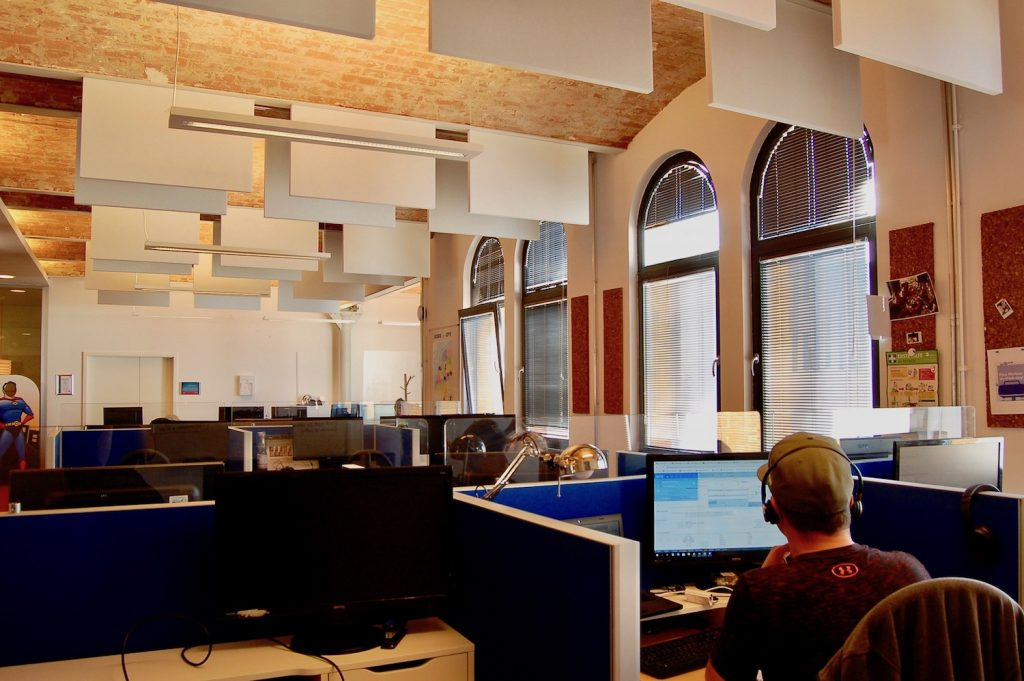 Deckenabsorber verbessern die Akustik in einem ehemaligen Fabrikgebäude.