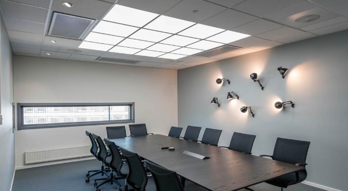 HCL – ein sehr hell ausgeleuchteter Besprechungsraum