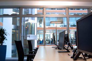 Ein Arbeitsplatz im Großraumbüro: Projekt ALLTEC Bürokonzept