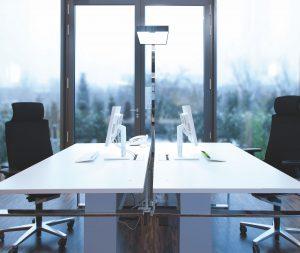 Für das richtige Licht im Büro sorgt eine Stehlampe