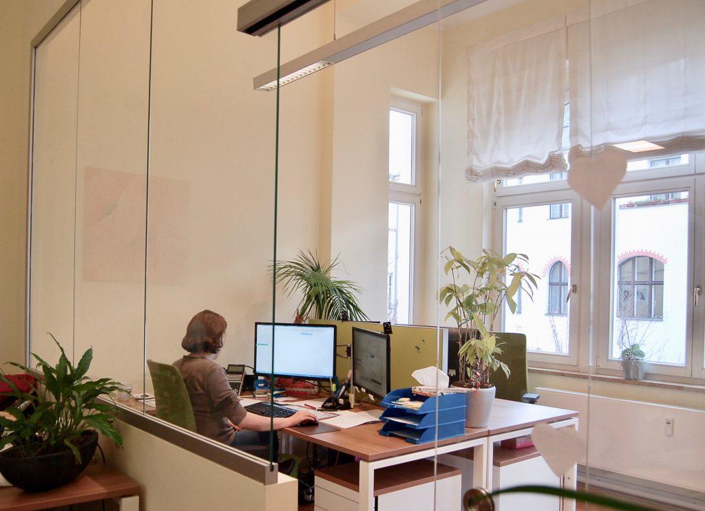 In dem Raum mit Erker haben wir vier Arbeitsplätze geschaffen.