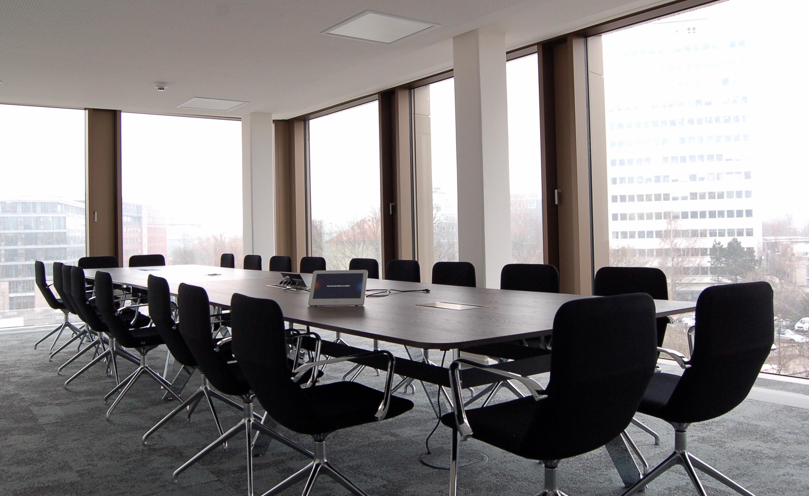 Der verglaste Konferenzraum bietet Platz für mehr als 20 Personen.