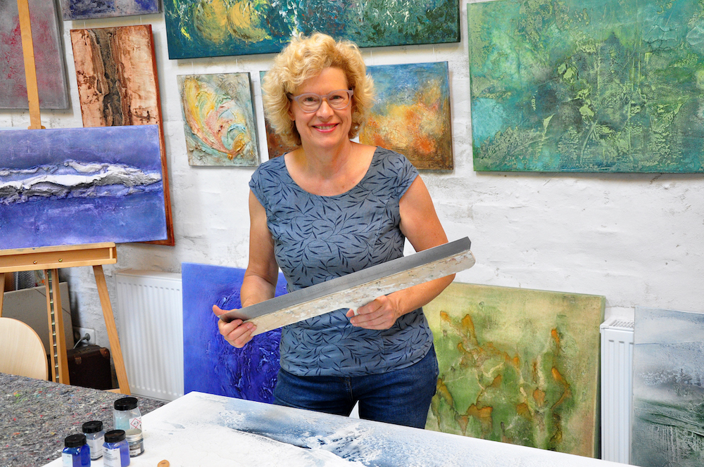 Kunst mieten: Gabriele Hiller in ihrem Atelier