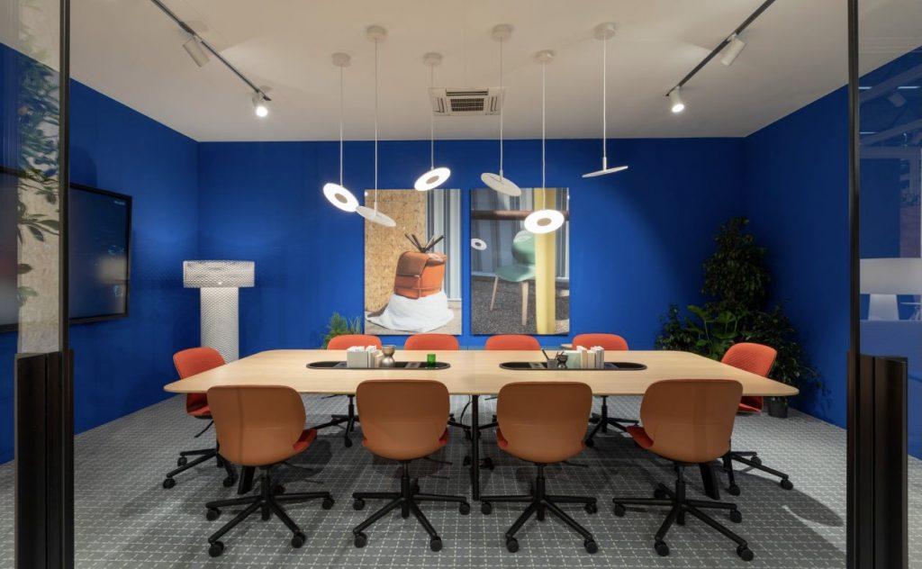 Anregende Projekträume: In einer hybriden Arbeitswelt bieten Büros mehr Raum für Besprechungen und Projektarbeit im Team © Haworth